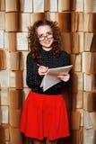 De jonge vrouwenleraar controleert muziekboek Royalty-vrije Stock Foto