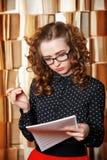 De jonge vrouwenleraar controleert muziekboek Stock Foto's