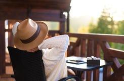 De jonge vrouwenreiziger zit bij het terras met een tablet royalty-vrije stock foto's