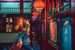 De jonge vrouwentoerist bekijkt de Chinese traditionele lantaarns Chinees Nieuwjaar Reis naar het concept van China royalty-vrije stock foto's