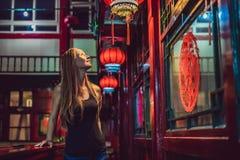 De jonge vrouwentoerist bekijkt de Chinese traditionele lantaarns Chinees Nieuwjaar Reis naar het concept van China stock afbeeldingen