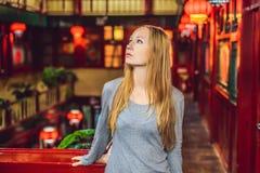 De jonge vrouwentoerist bekijkt de Chinese traditionele lantaarns Chinees Nieuwjaar De reis naar het conceptenbanner van China, S stock afbeelding