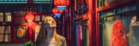 De jonge vrouwentoerist bekijkt de Chinese traditionele lantaarns Chinees Nieuwjaar De reis naar het conceptenbanner van China, S stock foto's