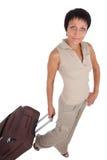 De jonge vrouwentribunes met reizende koffer isoleren Royalty-vrije Stock Foto's