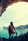 De jonge vrouwenwandelaar geniet van de mening Stock Foto