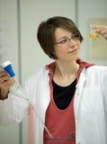 De jonge vrouwenwerken in laboratorium royalty-vrije stock afbeelding
