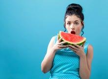 De jonge watermeloen van de vrouwenholding stock foto
