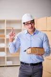 De jonge werknemer in het postbureau die pakketten behandelen Stock Foto's