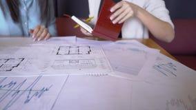 De jonge werknemers werken aan ontwerpproject in groot bedrijf stock video