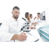 De jonge wetenschapperwerken in het laboratorium royalty-vrije stock afbeeldingen