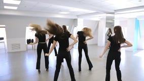 De jonge wijfjes dansen in modelschool stock video
