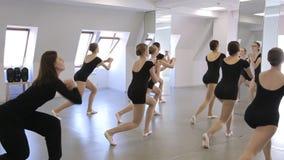 De jonge wijfjes doen het hurken in modelschool stock videobeelden