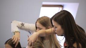 De jonge wijfjes in modelschool treffen voor les voorbereidingen stock video