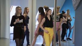 De jonge wijfjes treffen voor modeshow in modelschool voorbereidingen stock videobeelden