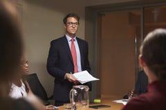 De jonge witte zakenman richt team op vergadering, lage hoek royalty-vrije stock foto's