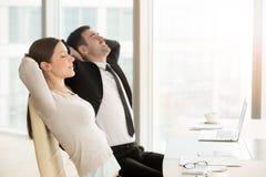 De jonge yoga van de bedrijfsleiderspraktijk op het werk royalty-vrije stock afbeelding