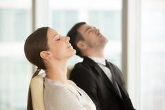 De jonge yoga van de bedrijfsleiderspraktijk op het werk royalty-vrije stock afbeeldingen
