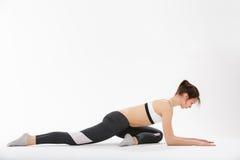 De jonge yoga van de vrouwenoefening Royalty-vrije Stock Foto