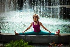 De jonge yoga van de vrouwenpraktijk openlucht Stock Foto's