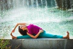 De jonge yoga van de vrouwenpraktijk openlucht Stock Afbeelding