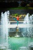 De jonge yoga van de vrouwenpraktijk openlucht Stock Foto