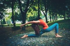 De jonge yoga van de vrouwenpraktijk openlucht Stock Fotografie