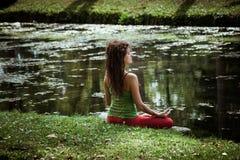De jonge yoga van de vrouwenpraktijk openlucht Stock Afbeeldingen