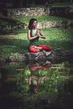 De jonge yoga van de vrouwenpraktijk openlucht Royalty-vrije Stock Afbeelding
