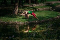 De jonge yoga van de vrouwenpraktijk openlucht Royalty-vrije Stock Fotografie