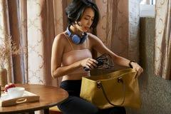 De jonge zak van de vrouwenverpakking royalty-vrije stock foto's