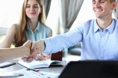 De jonge zakenlieden maken overeenkomstenhanddruk Royalty-vrije Stock Afbeelding