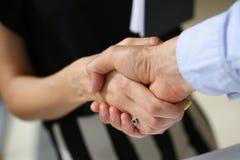 De jonge zakenlieden maken overeenkomstenhanddruk Royalty-vrije Stock Foto