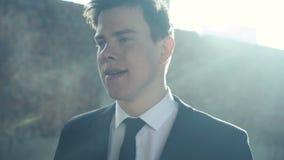 De jonge zakenman die zijn zaken verloor 4K stock footage