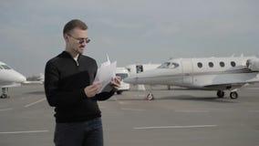 De jonge zakenman is geërgerd met een fout in de documenten in luchthaven stock footage