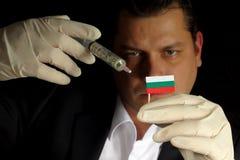 De jonge zakenman geeft een financiële injectie aan Bulgaarse vlag Stock Afbeeldingen