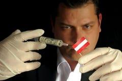 De jonge zakenman geeft een financiële injectie aan Oostenrijkse vlag i stock foto