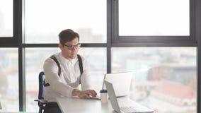 De jonge zakenman geniet van positief nieuws op de financiële uitwisseling stock footage