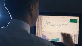 De jonge zakenman jubelt en verheugt zich het bekijken de schaal van hun inkomens bij monitor Succesvolle verkoopgrafiek van stock video