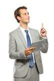 De jonge zakenman kreeg een idee na het lezen van een artikel op tablet stock afbeeldingen