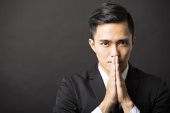 De jonge zakenman met bidt gebaar Royalty-vrije Stock Foto's
