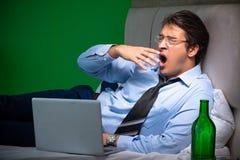 De jonge zakenman onder spanning in de slaapkamer bij nacht stock fotografie