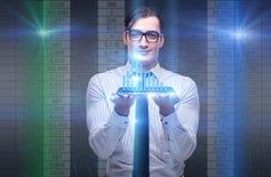 De jonge zakenman in online handelconcept Stock Foto's
