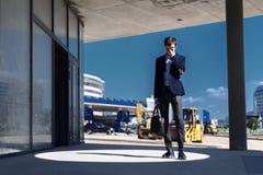 De jonge zakenman is verstoord hebben geledend aan mislukking in financiën royalty-vrije stock foto's