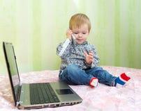 De jonge zakenman werkt in zijn huisbureau Royalty-vrije Stock Foto