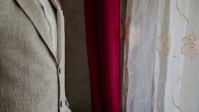 De jonge zakenman zet en maakt jasje aan door het venster recht stock video