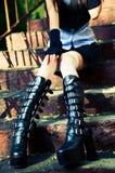 De jonge zitting van de gothvrouw op treden Stock Fotografie