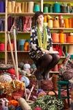 De jonge Zitting van de Vrouw op Kruk Royalty-vrije Stock Foto's