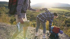 De jonge zitting van de reisvrouw ter plaatse tijdens het reizen in de berg stock videobeelden