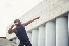 De jonge zwarte agent maakt gebaar van een winnaar Stock Afbeelding