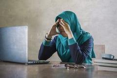 De jongelui beklemtoonde en overweldigde Moslimstudentenvrouw die in Islam hijab hoofdsjaal vermoeid overgewerkt gevoel bestudere royalty-vrije stock fotografie